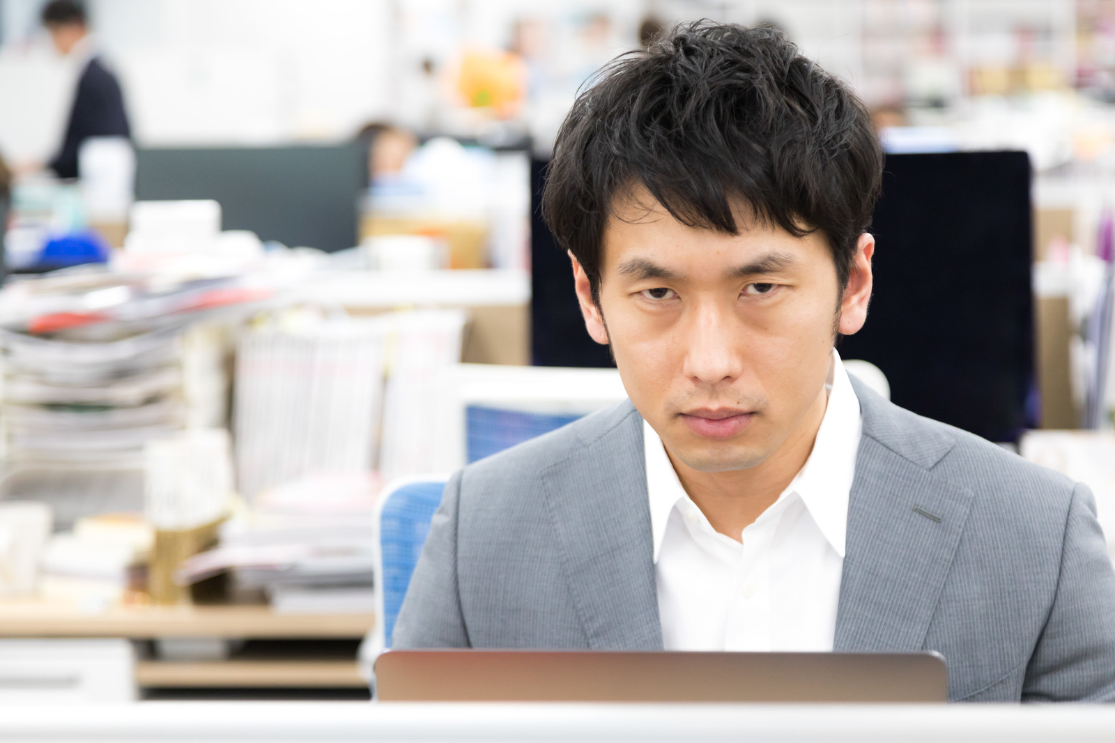 「社内恋愛を120%の確率で見抜く平社員」の写真[モデル:大川竜弥]