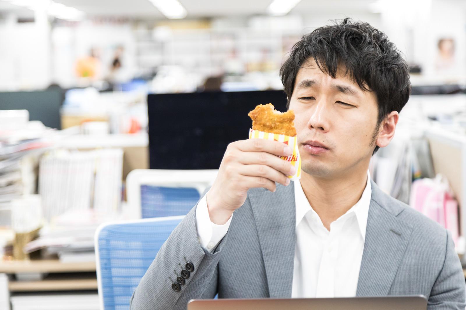 「フライドチキンの味にご満悦の男性」の写真[モデル:大川竜弥]