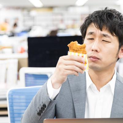フライドチキンの味にご満悦の男性の写真