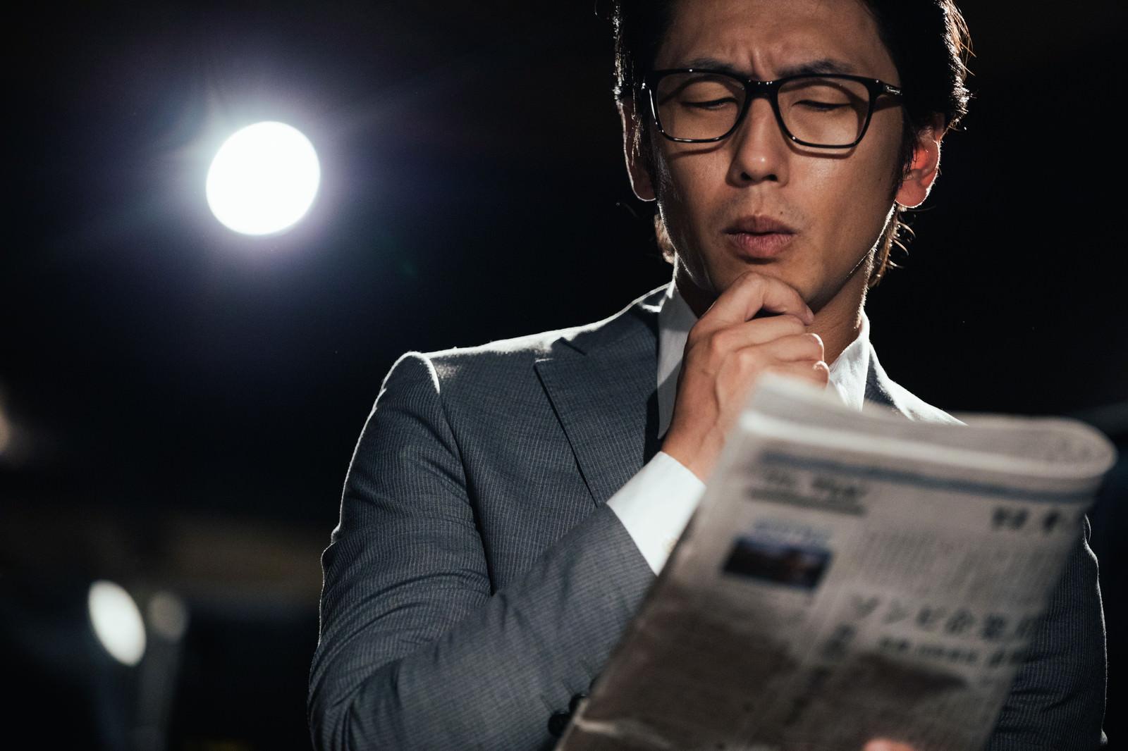「ビジネスのトレンドをチェックする男性」の写真[モデル:大川竜弥]