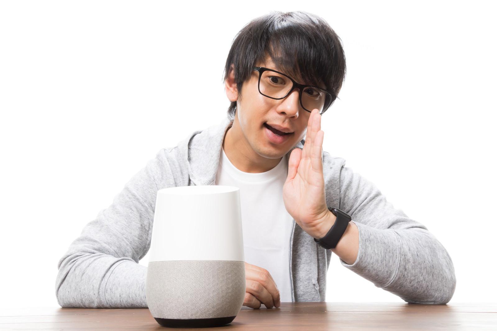 「スマートスピーカーに呼びかけるガジェット男子」の写真[モデル:大川竜弥]