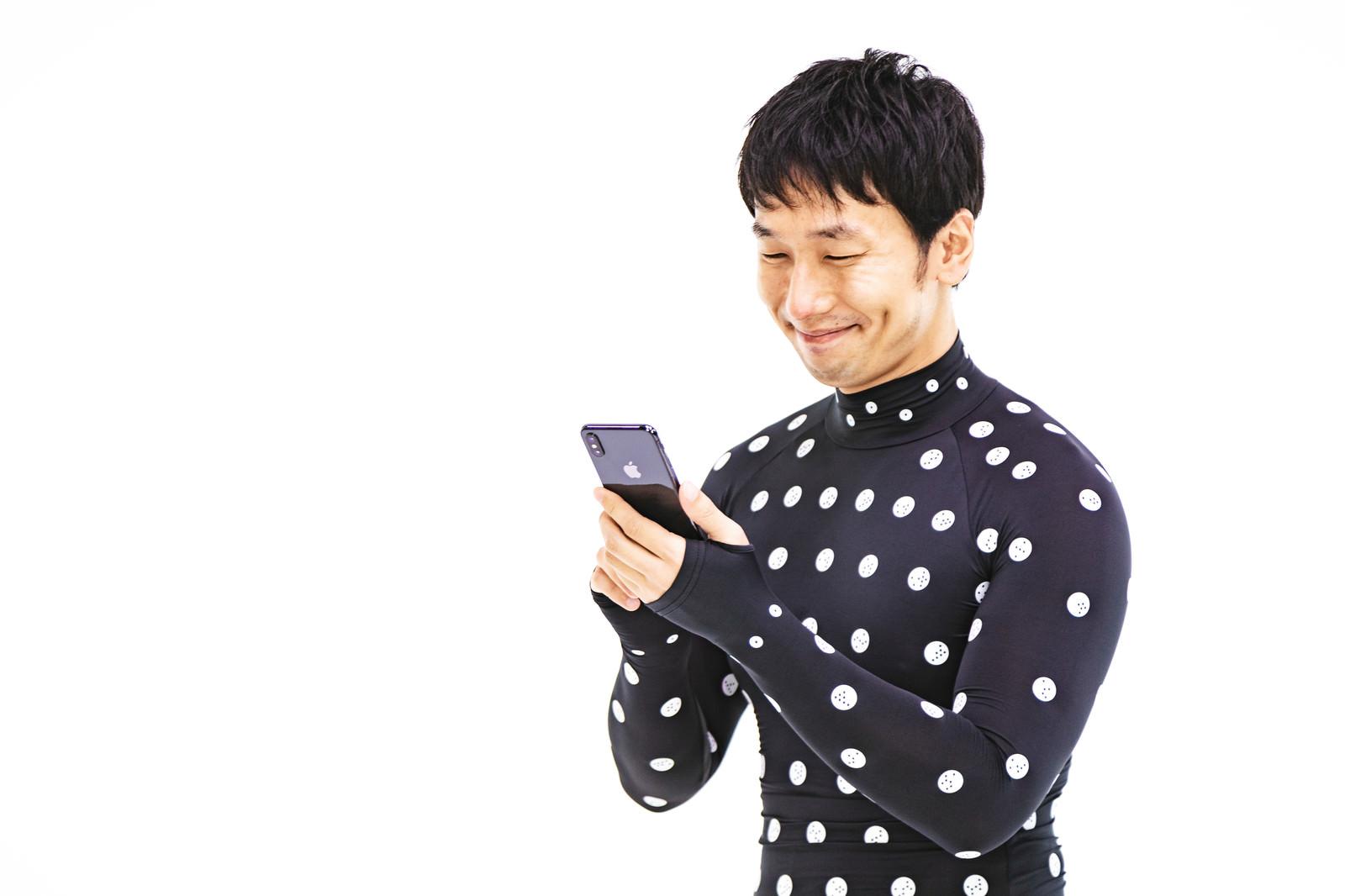 「計測結果にご満悦の男性」の写真[モデル:大川竜弥]