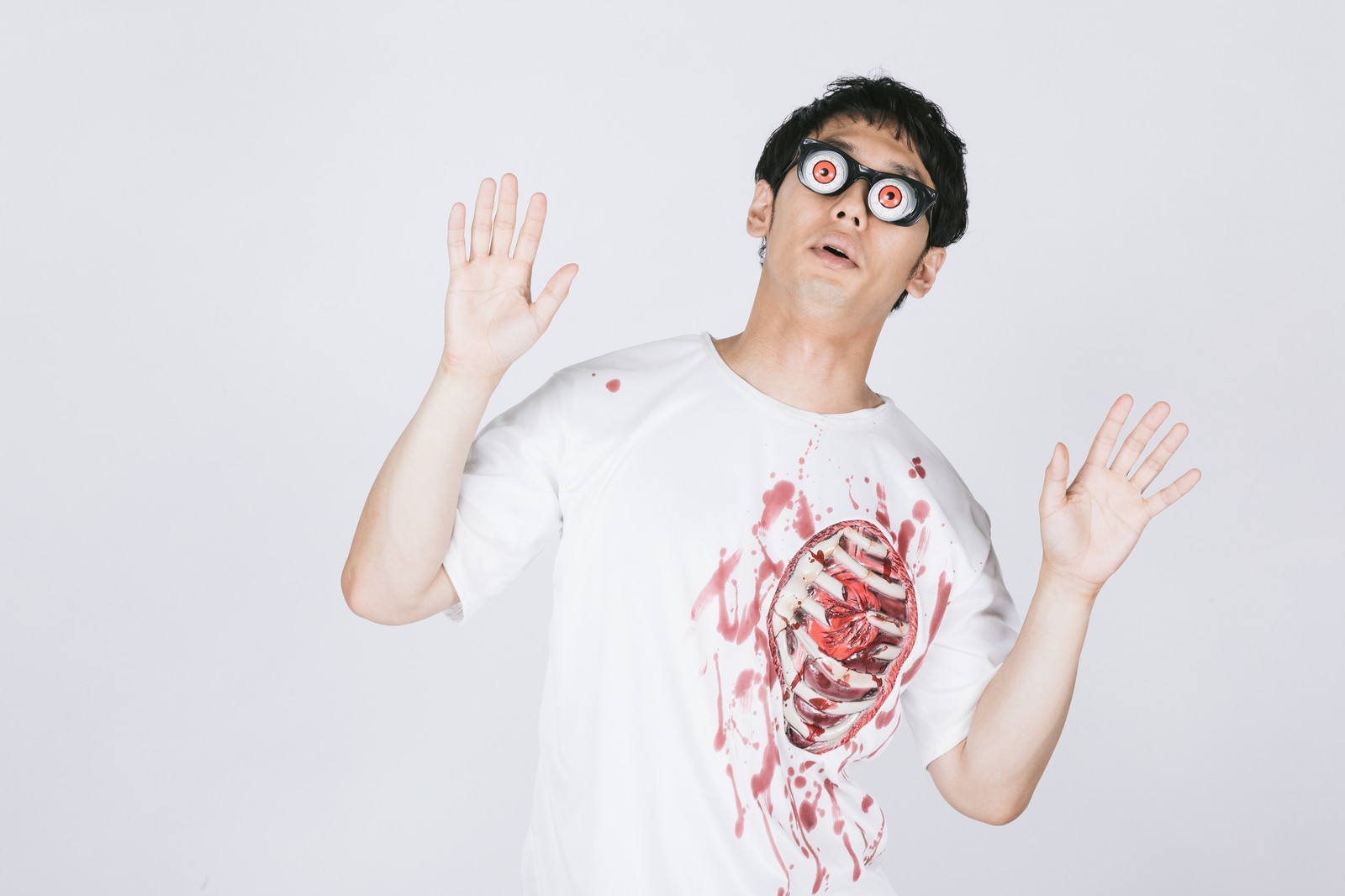 「自分のバキバキ肋骨に驚く男性」の写真[モデル:大川竜弥]
