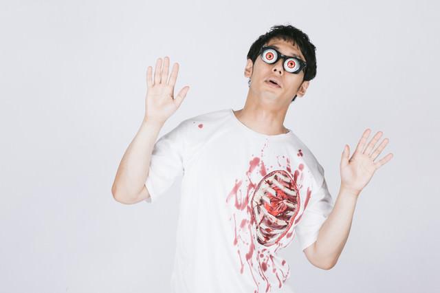 自分のバキバキ肋骨に驚く男性の写真