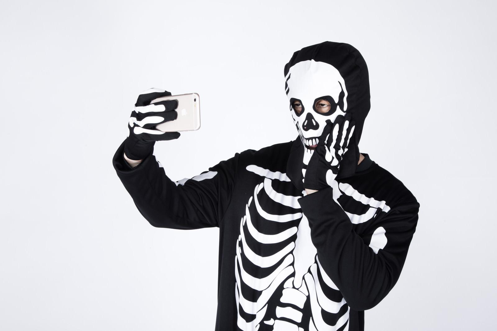 「骨になっても虫歯ポーズで盛る読モ」の写真[モデル:大川竜弥]