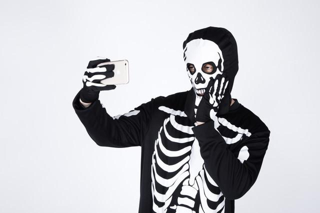 骨になっても虫歯ポーズで盛る読モの写真