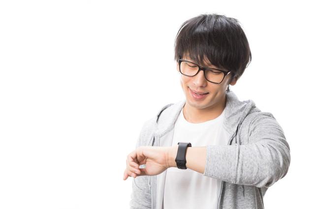 Apple Watchで通知を確認する男性の写真