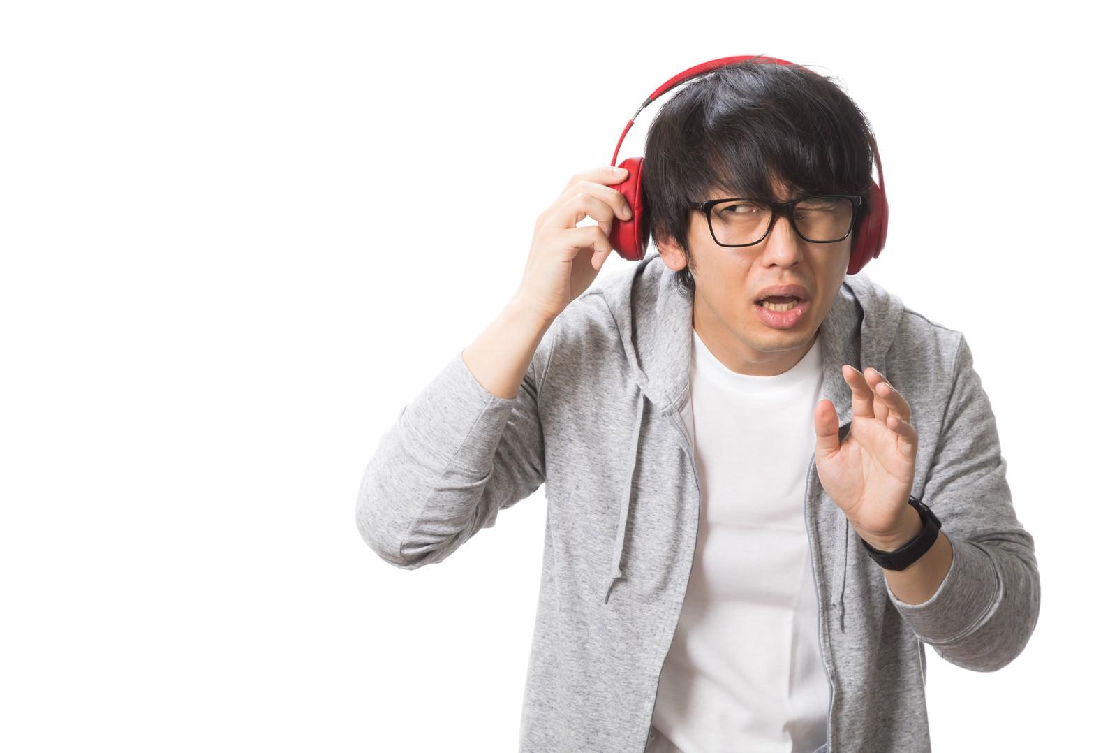 「周囲の音が聞こえず迷惑をかける男性」の写真[モデル:大川竜弥]