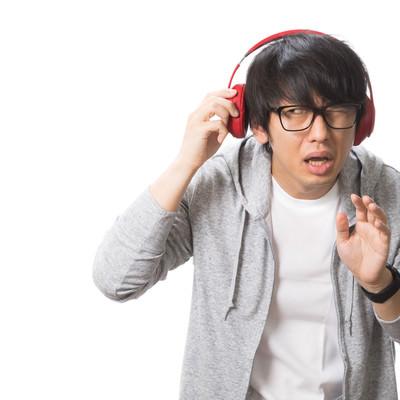 「周囲の音が聞こえず迷惑をかける男性」の写真素材