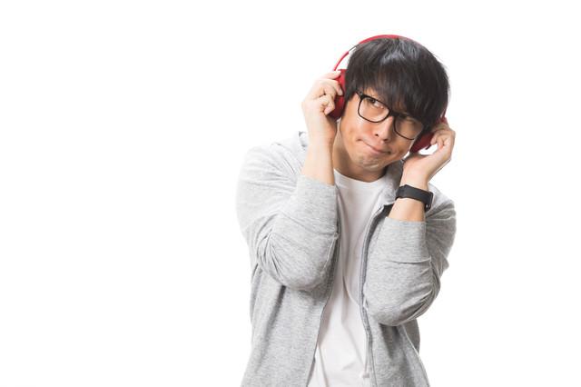 音質チェックに厳しいヘッドフォン男子の写真