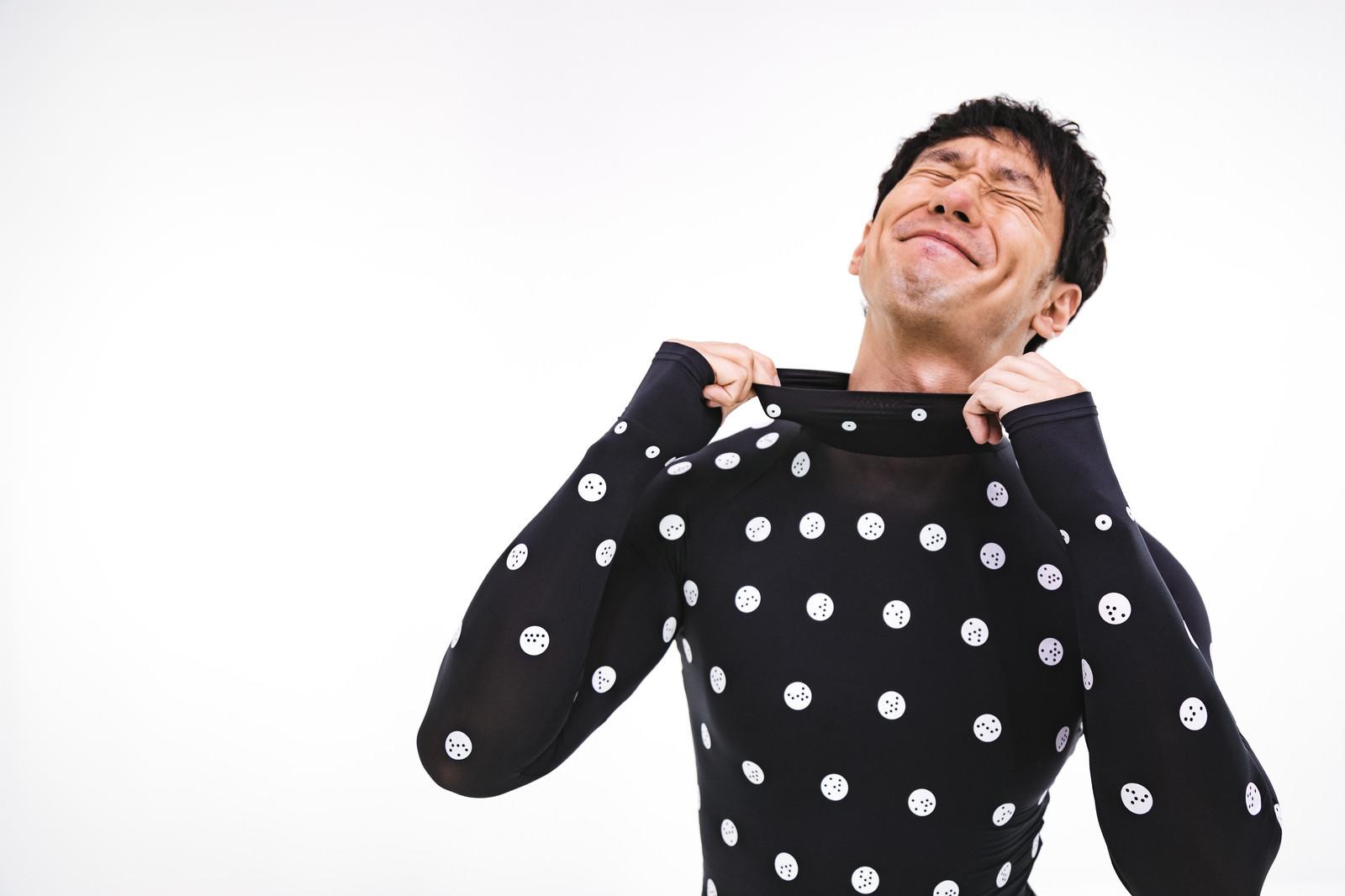 「着心地の良さのあまりに笑顔が溢れる男性 | 写真の無料素材・フリー素材 - ぱくたそ」の写真[モデル:大川竜弥]