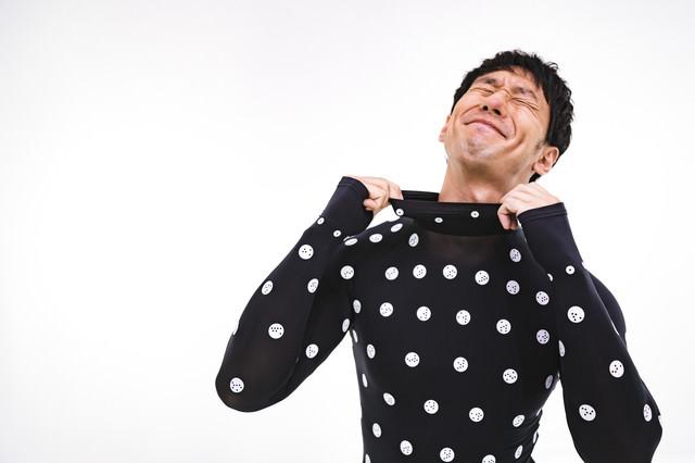 着心地の良さのあまりに笑顔が溢れる男性の写真