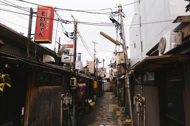 路地裏の飲み屋街の写真