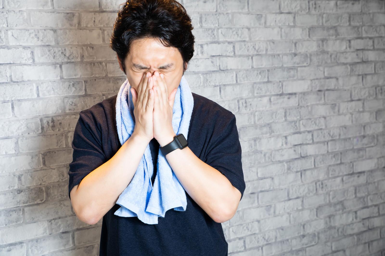 「トレーニング後に疲れた表情をする男性」の写真[モデル:大川竜弥]