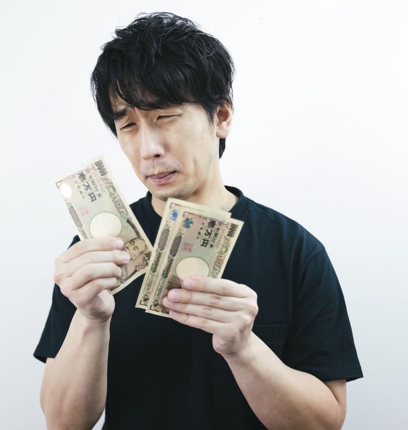 「なかなかお金が貯まらない…」の写真[モデル:大川竜弥]