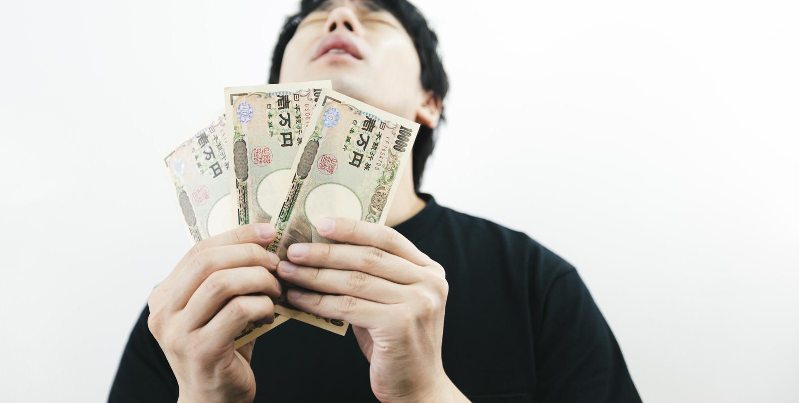 「臨時収入に歓喜する低所得者」の写真[モデル:大川竜弥]
