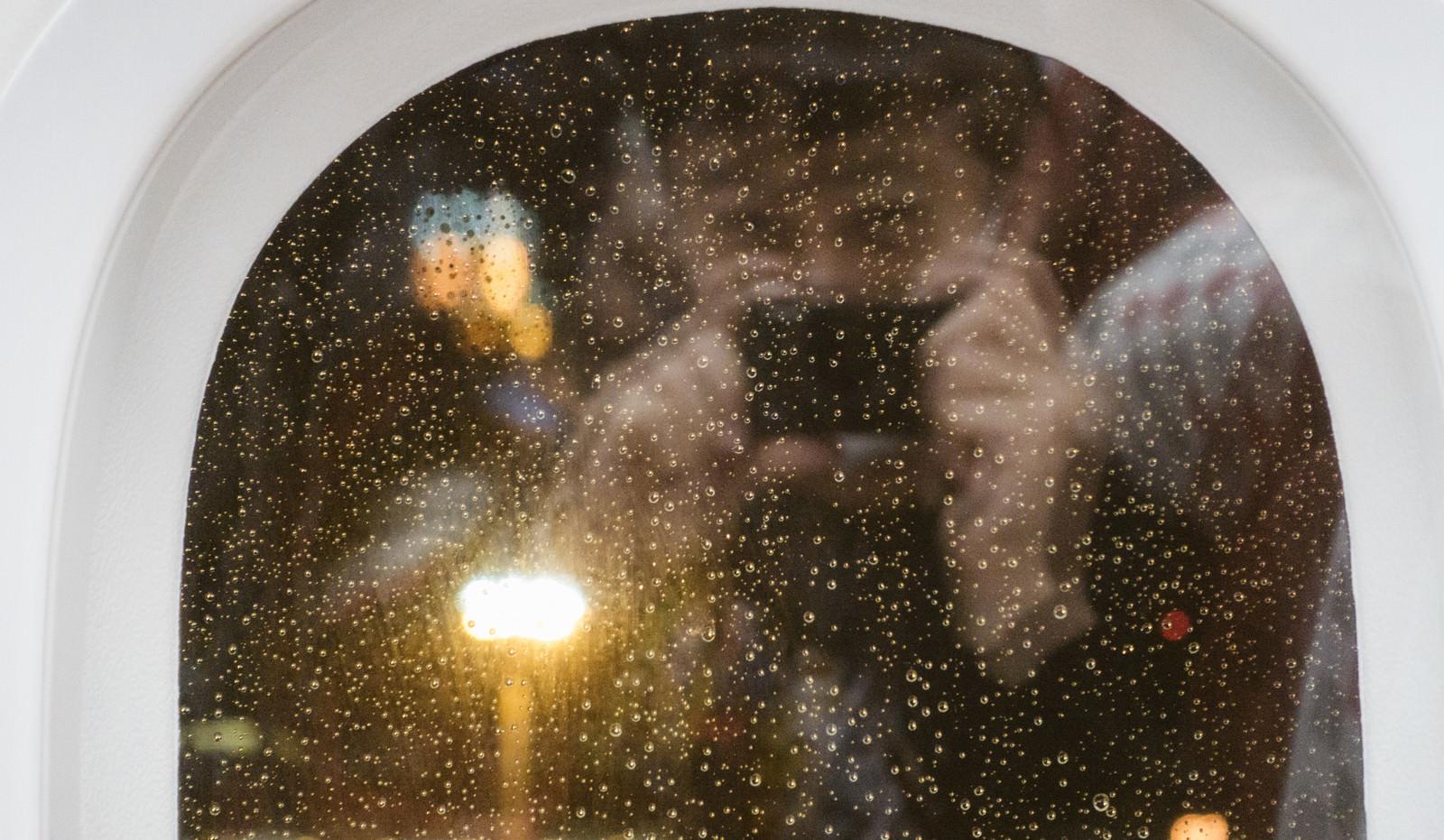 「鏡越しの自撮りをするインスタ映え狙い男」の写真[モデル:大川竜弥]