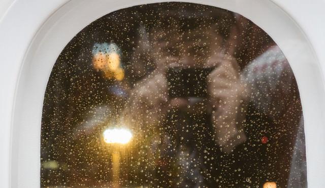 鏡越しの自撮りをするインスタ映え狙い男の写真