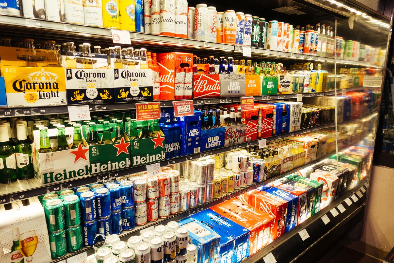 「パッケージデザインがポップな外国製ビール棚」