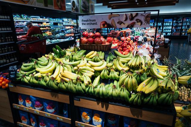 赤いリンゴと青いバナナの果物コーナーの写真