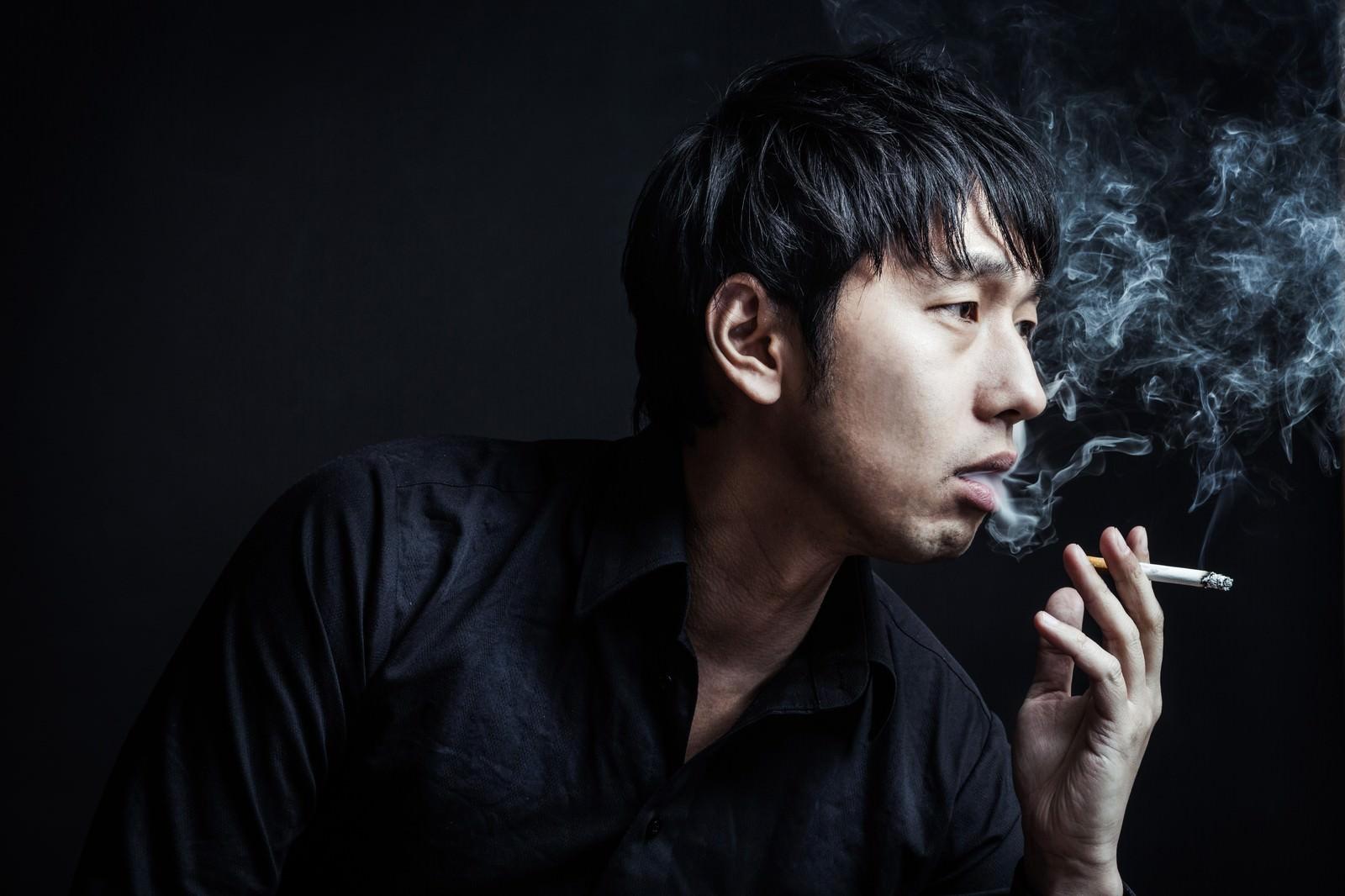「「あんた、イカサマしただろ?」と煙を吐く昭和の雀士」の写真[モデル:大川竜弥]