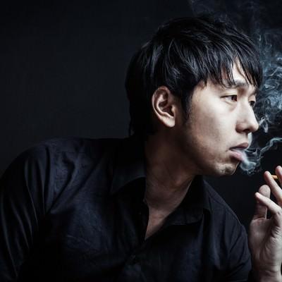 「「あんた、イカサマしただろ?」と煙を吐く昭和の雀士」の写真素材