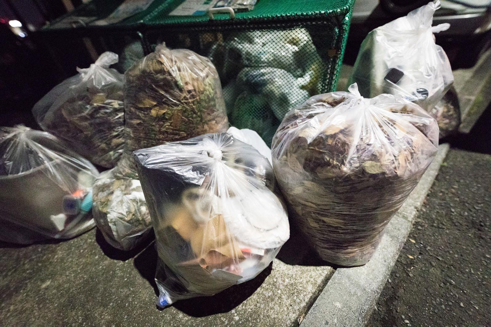 「深夜のゴミ捨て場深夜のゴミ捨て場」のフリー写真素材を拡大
