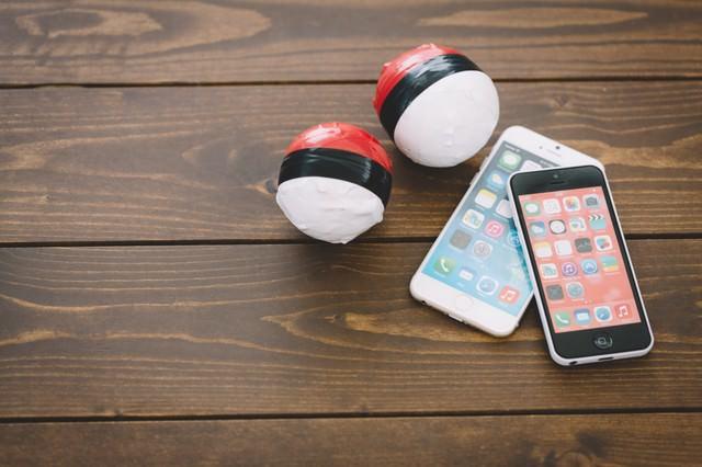 紅白ボールとスマホを持って冒険に出かけようの写真