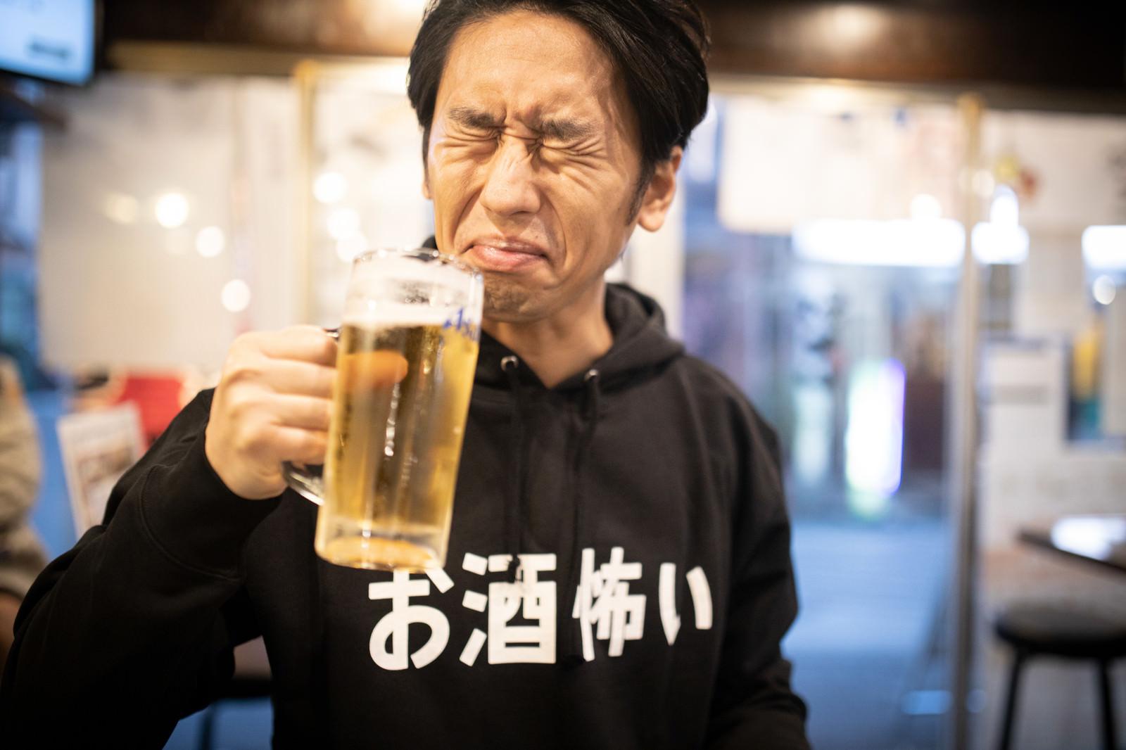 「今年も一年お疲れさまでしたの一杯」の写真[モデル:大川竜弥]