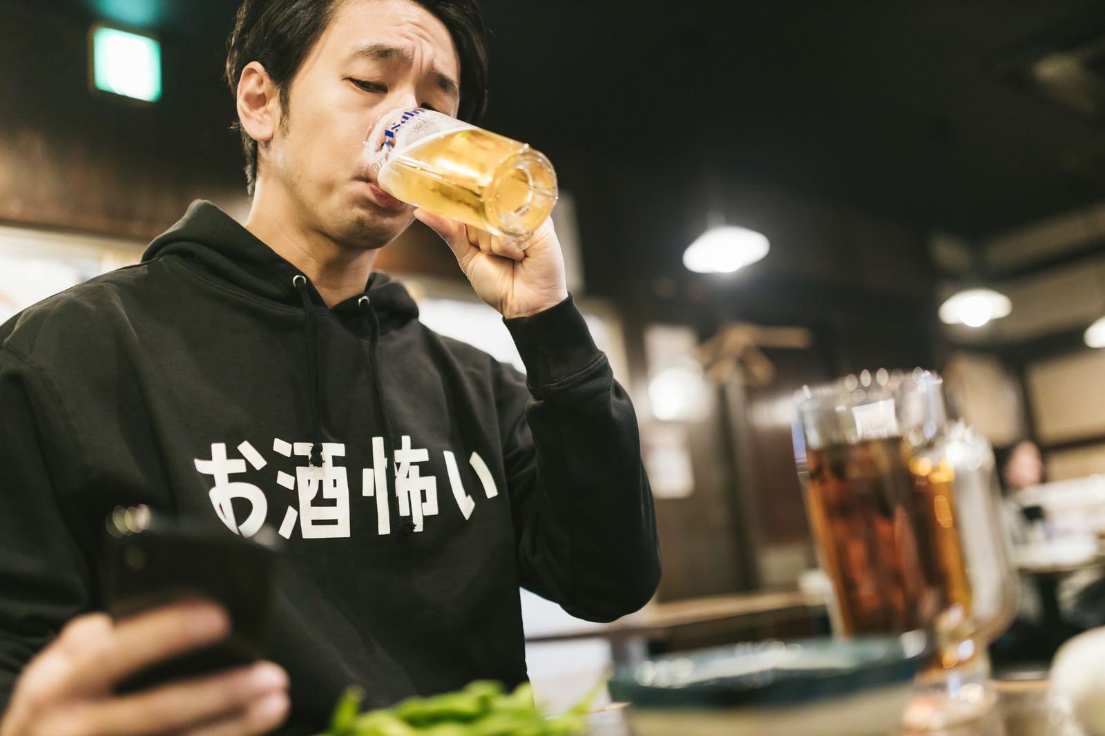 「炎上していくらお酒を飲んでも気がかりな男性」の写真[モデル:大川竜弥]