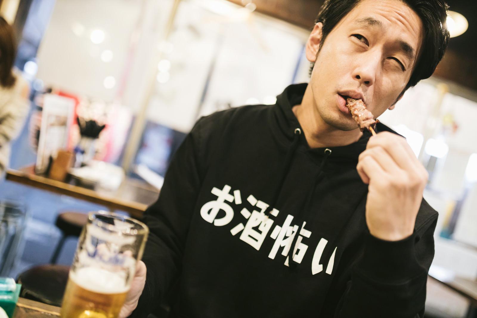 「ビールと焼き鳥うますぎ」の写真[モデル:大川竜弥]