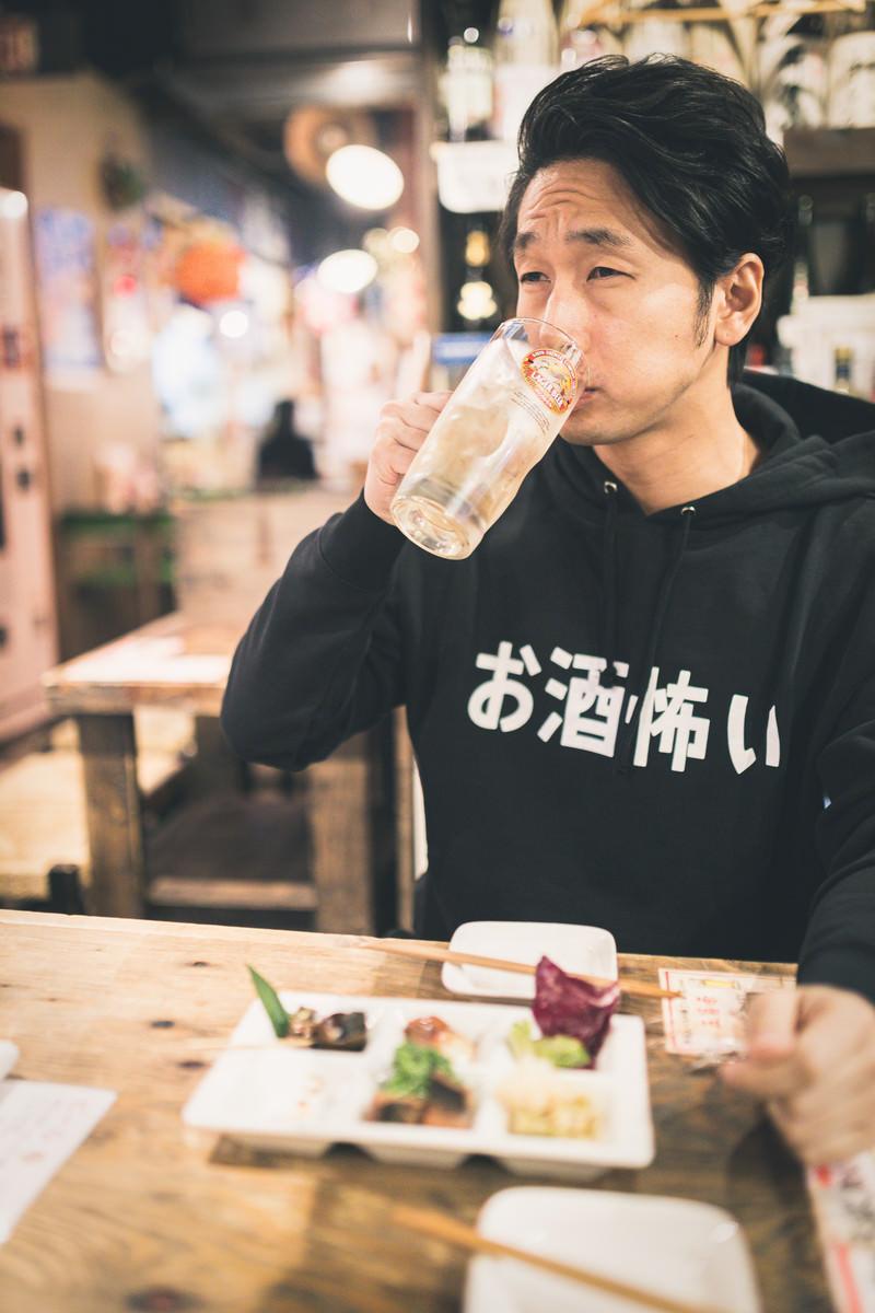「居酒屋で深夜まで飲み続ける男性」の写真[モデル:大川竜弥]