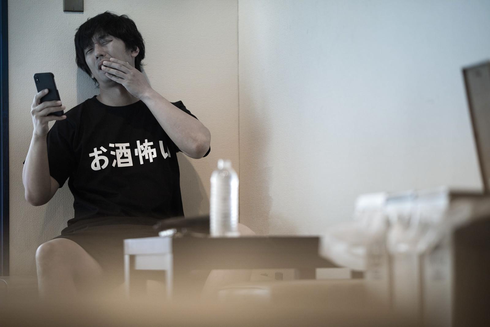 「うわっ…私の息、酒臭すぎ…?」の写真[モデル:大川竜弥]