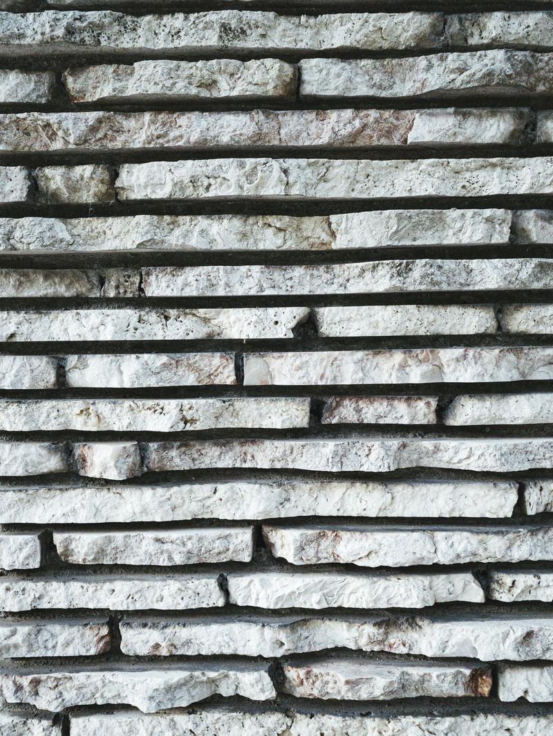 「細長に切れ目が入った石のタイル」の写真