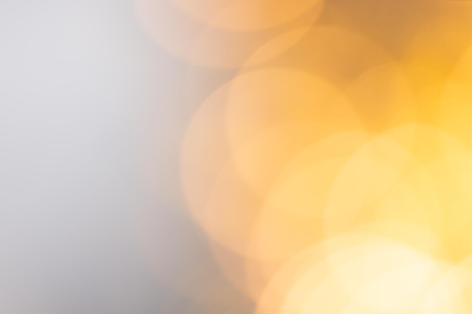 「オレンジ色のライトアップの光ボケ」の写真
