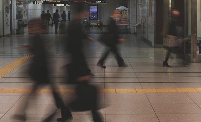 出勤・通勤する改札前の人通りの写真