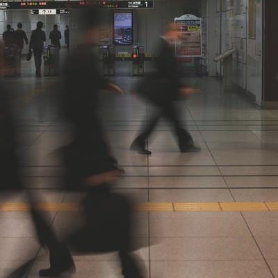「出勤・通勤する改札前の人通り」の写真素材
