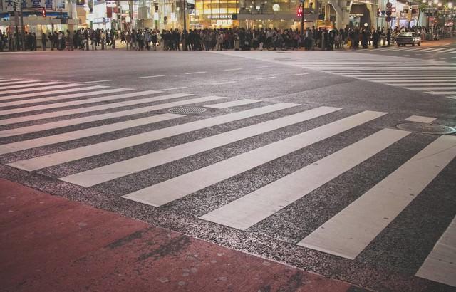渋谷のスクランブル交差点で信号待ちの写真