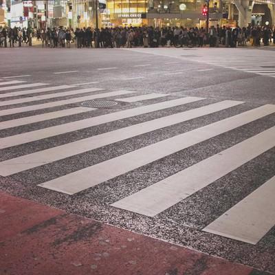 「渋谷のスクランブル交差点で信号待ち」の写真素材