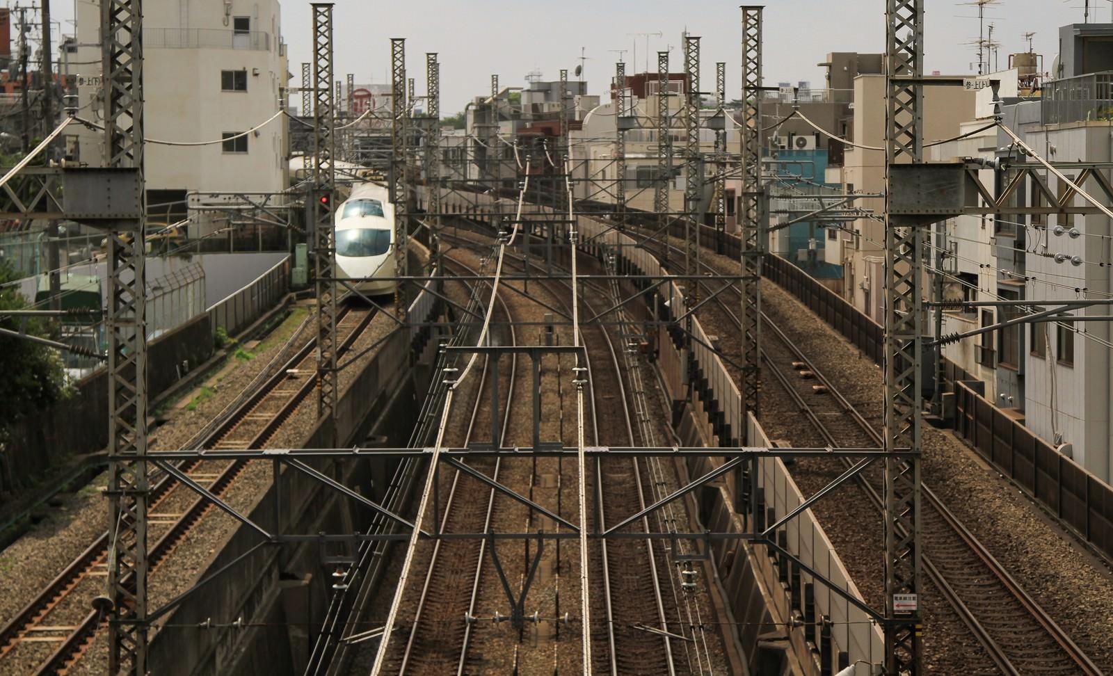 「都会を走る電車」の写真
