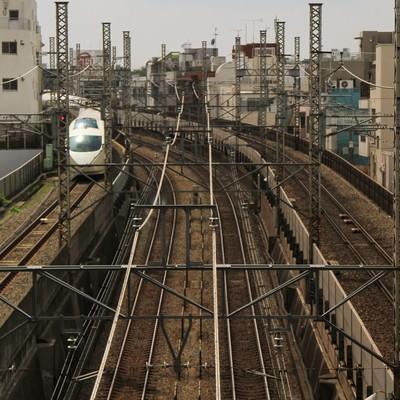「都会を走る電車」の写真素材