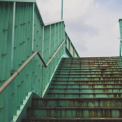 「サビが目立つ歩道橋」の写真素材