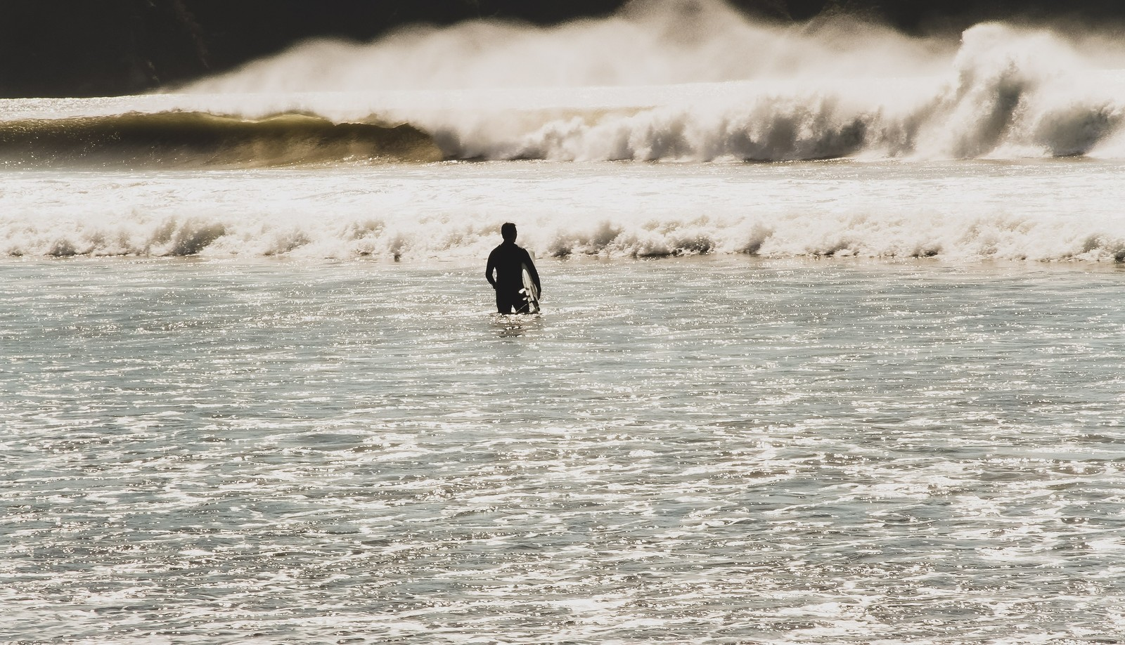 「冬の海とサーファー」の写真