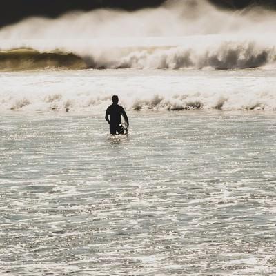 「冬の海とサーファー」の写真素材