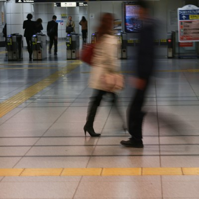 「電車通勤(改札前)」の写真素材