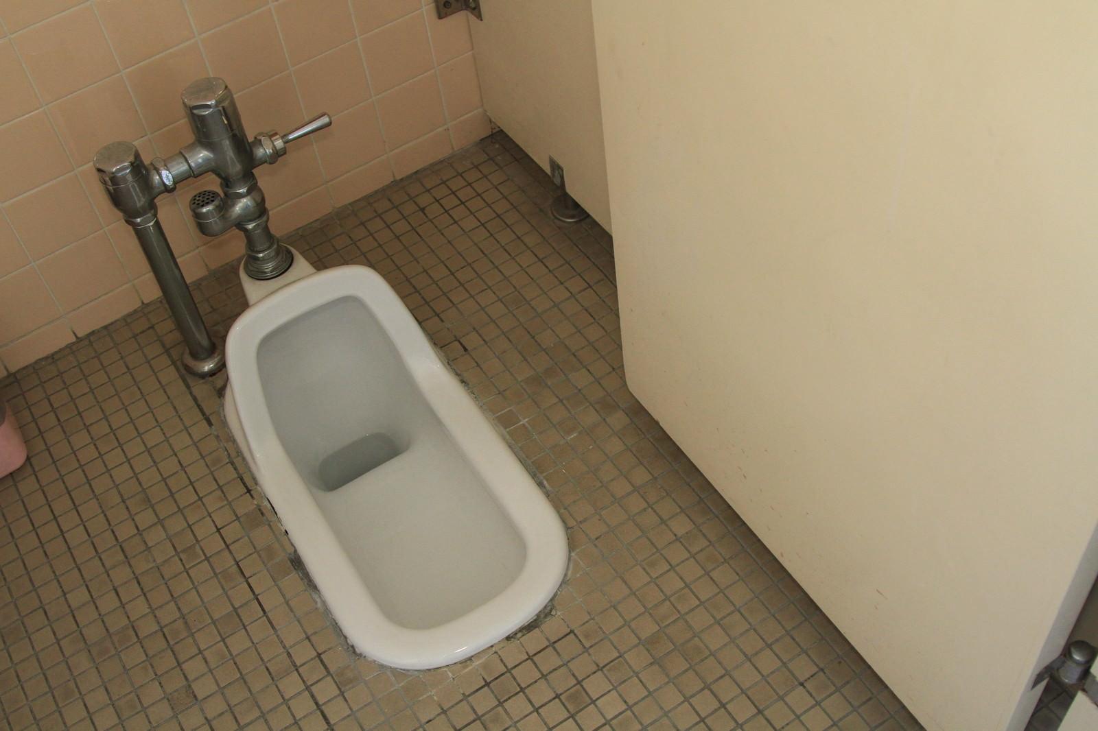 「使われなくなった和式トイレ」の写真
