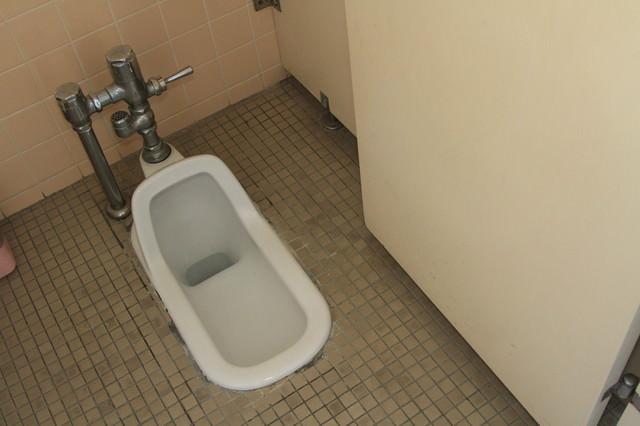 使われなくなった和式トイレの写真