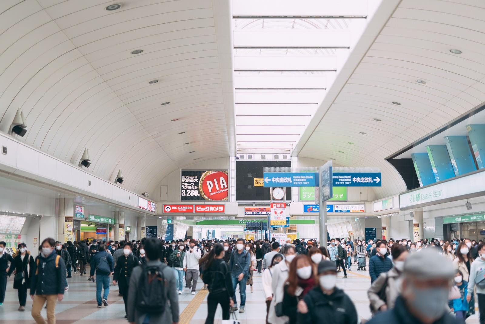 「人で混み合うJR川崎駅改札前」の写真