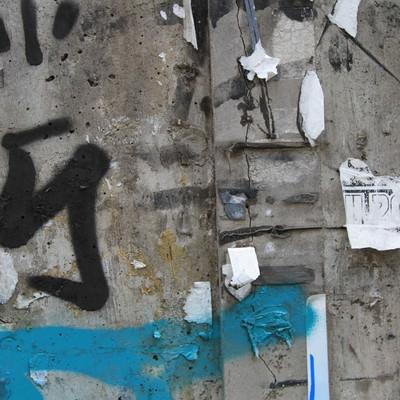 「落書きとシールが剥がされた汚い壁」の写真素材