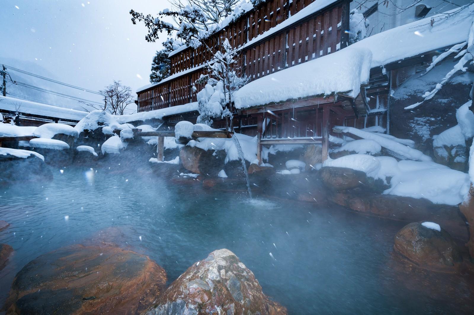 「凍えるほどの雪だからこそ感じる源泉かけ流しの露天風呂の魅力」の写真